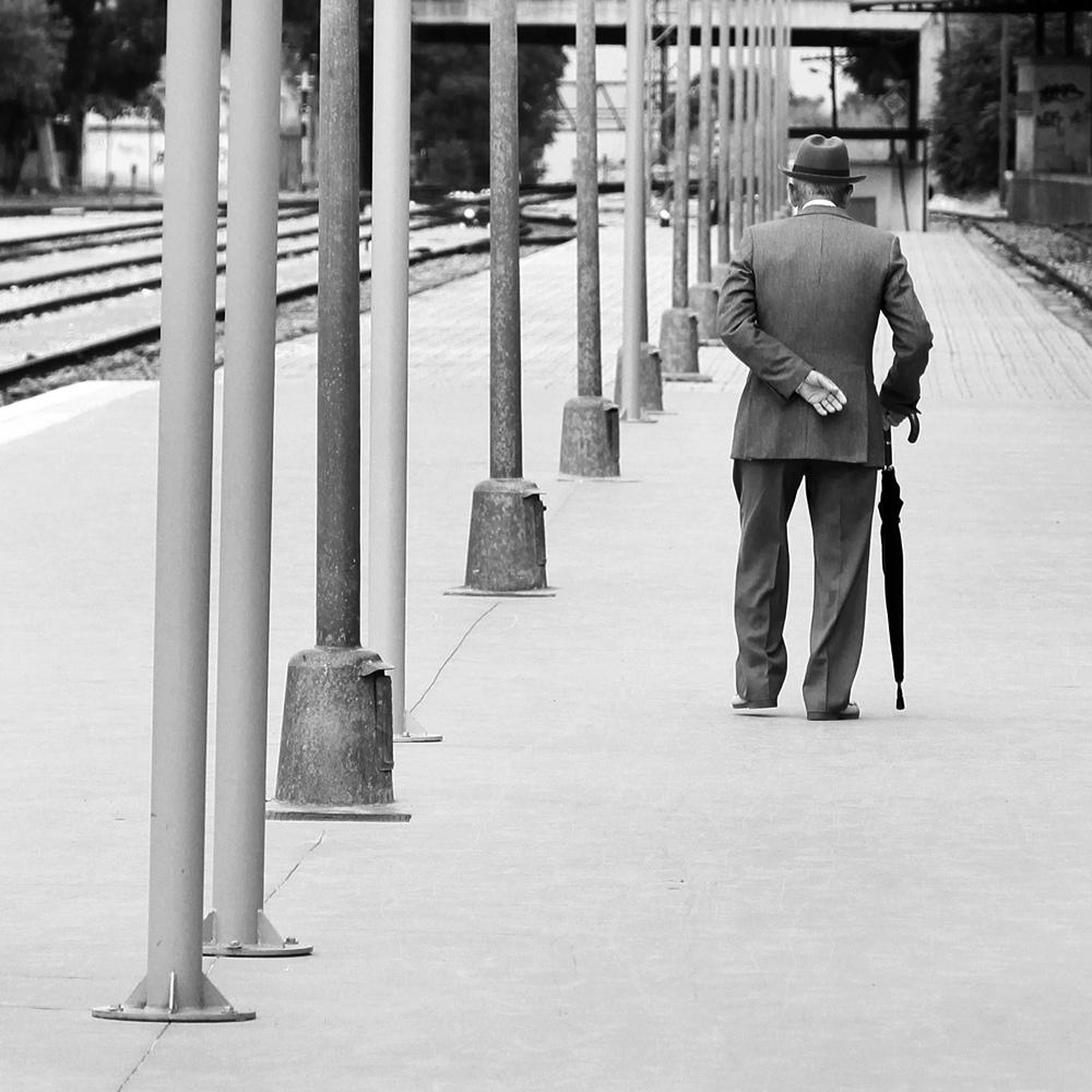 En soledad, el poeta Hamzeh Abooud sabe describir a la perfección la sensación de los viajeros de compartir algo y a la vez no compartir nada en absoluto.