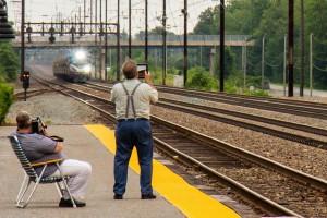 Aficionados al ferrocarril captando la circulación de un regional encabezado por una locomotora ACS-64 de Amtrak. Foto: skabat169.