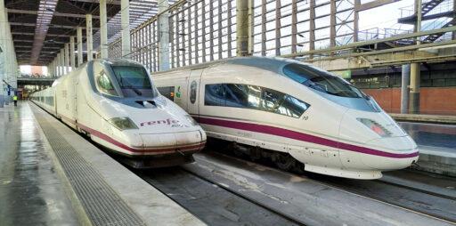 2 trenes AVE como los que hacen el servicio Madrid-Barcelona por 9€ de Renfe en la estación de Puerta de Atocha
