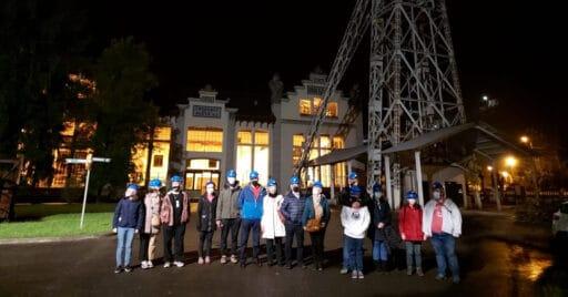 Exterior de las instalaciones del Ecomuseo minero Valle de Samuño durante la visita nocturna de la semana pasada. ECOMUSEO.