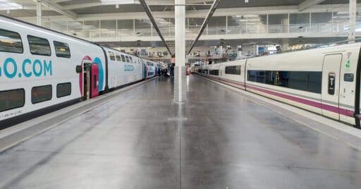 Tren de Ouigo y de Renfe en Madrid Puerta de Atocha. MIGUEL BUSTOS.