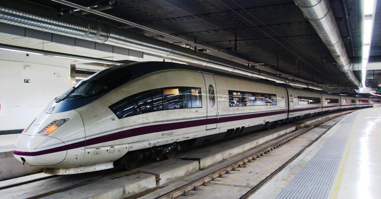 Tren del AVE Madrid-Barcelona estacionado en Sants. ROGER FERRER IBÁÑEZ.