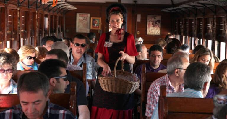 Azafata de época repartiendo fresones de Aranjuez en el Tren de la Fresa antes de la pandemia. AYUNTAMIENTO DE ARANJUEZ.