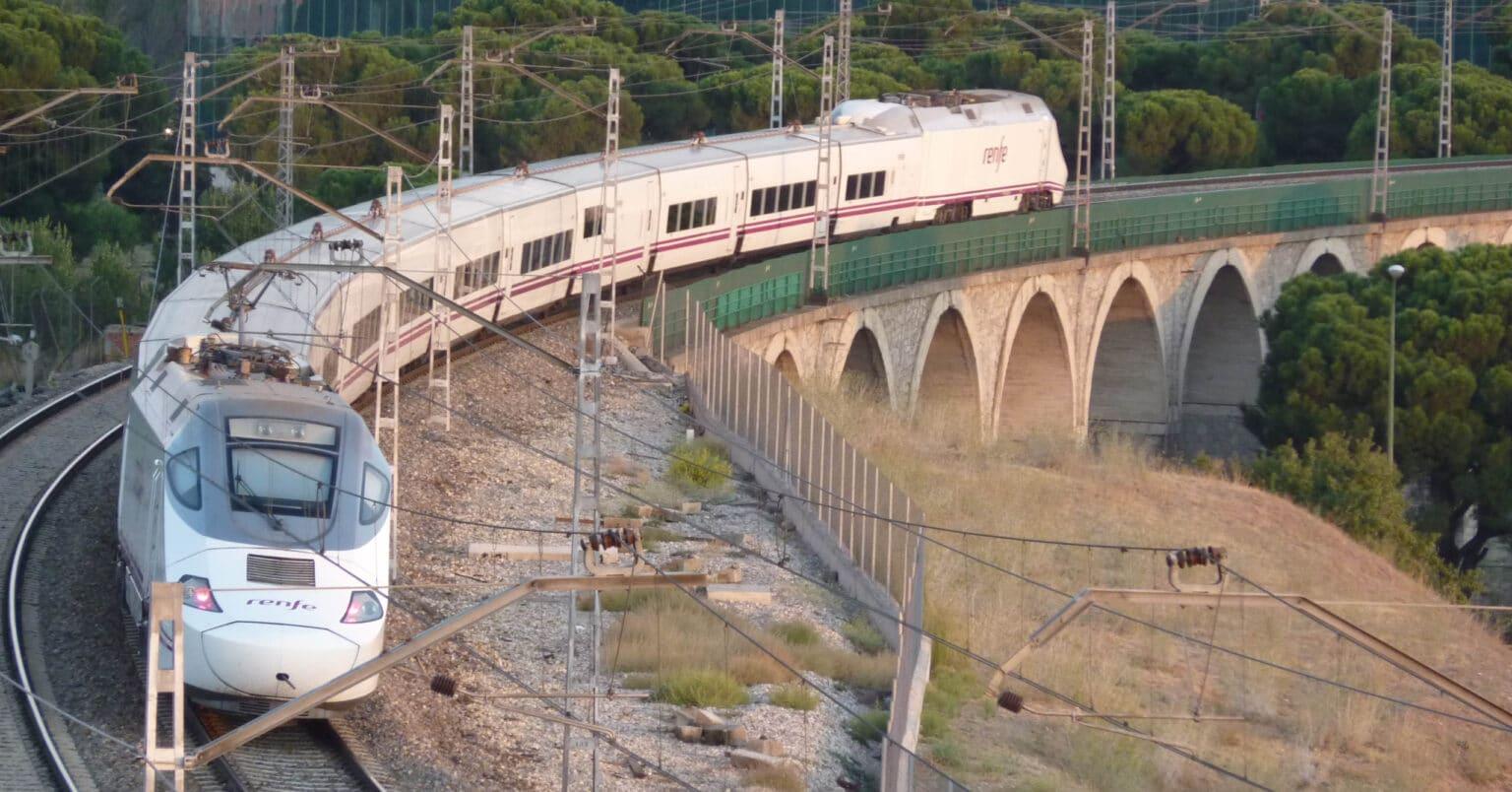 Los nuevos descuentos en carnet joven y tarjeta dorada de Renfe se aplican en trenes AVE y Larga Distancia. MIGUEL BUSTOS
