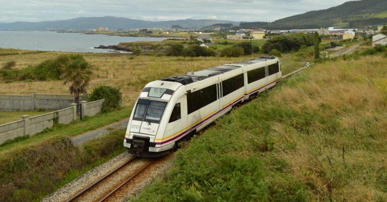 Tren de Renfe Feve haciendo el Regional Oviedo-Ferrol en 2019. ÁLVARO ARRANS.